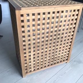 Opbevaring / vaskekurv med låg og pose i.  H 77 x b 57 x d 36 cm. Skal hentes.