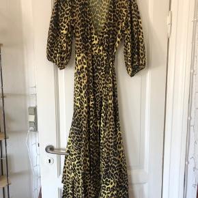 Smukkeste slå-om-kjole fra Ganni i en str. 36. Sælges da, jeg desværre ikke får den brugt nok. Fejler ingenting 🌸