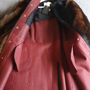 Rigtig lækker pels frakke med mange fine deltajer.  Jeg har forkøbt mig.   Sender gerne flere billeder   Nypris 15000 Min pris 7500  Jeg sender gerne forsikret pakke mod betaling   Bytter ikke