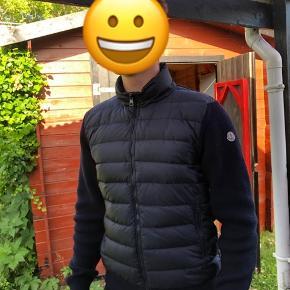 Super sprød Moncler cardigan Cond 9/10 ingen flaws og aldrig vasket Fitter 175-185+-  Str L  Byd byd byd