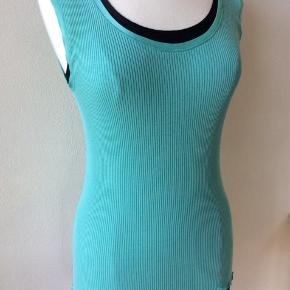 Farve: aqua turkis. Materiale: 70% silke, 30% bomuld. Perfekt stand. Sendes for kr. 35,-
