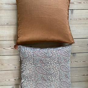 Smukke puder fra henholdsvis Bungalow (mønstret) og H&M Home (ensfarvet) inkl. fyld   Begge er 50x50 cm  Begge for 250 kr.   Enkeltvis:  Ensfarvet 75 kr.  Bungalow 200 kr.