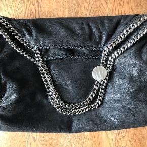 BYD GERNE - ALLE BUD MODTAGES :)  Stella McCartney Falabella taske. Den er i perfekt stand, med nye kæder. Alt medfølger til den.  Kan sendes eller afhentes i Odense.  Kontakt 27 11 13 88 for flere informationer.