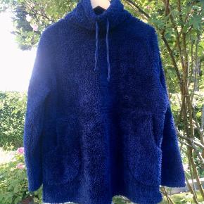 Vamset fleece med høj hals og bindebånd. Sender med DAO. Køber betaler forsendelse.