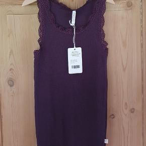 Pompdelux top med blondedetaljer Farven er dark purple Str 146-152 75 kr Np 120