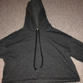 Mega fin h&m hoodie, som sidder lidt croped. Det er en str s. Byyd. #30dayssellout