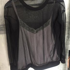 2-i-1 top fra Zara. Rigtig fin mesh bluse med indbygget silke cami top med blonde. Brugt men fin stand. Plet på billede 3 kan garanteret vaskes væk, den kan ikke ses
