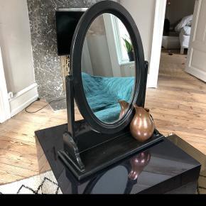 Skønt vintage spejl - der er malet sort. Oprindeligt i fyrretræ