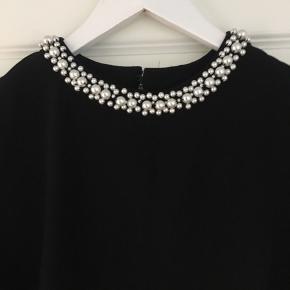 Super fin kjole fra H&M - aldrig brugt - kun vasket.  Loose fit - måler 86 cm. i længde