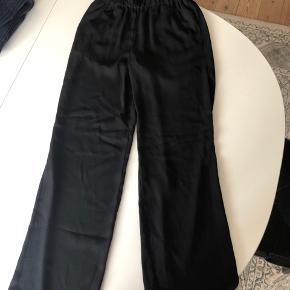 Lækre bukser fra Pieces med elastik i livet samt brede bukseben. Brugt 2 gange ✨