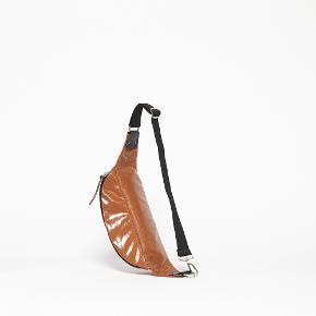 Smuk rosa cross over/bæltetaske fra det franske taskebrand Jack Gomme. Bedste kvalitet i coated hør, der giver et skønt shiny look.