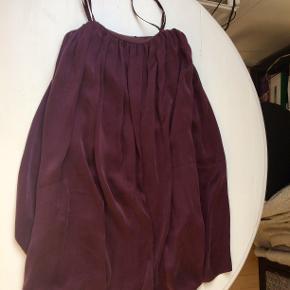 Smuk lilla silkekjole i størrelse S fra Samsøe & Samsøe med bomuldsinderkjole, så den sidder rigtig fint. Byd gerne :)