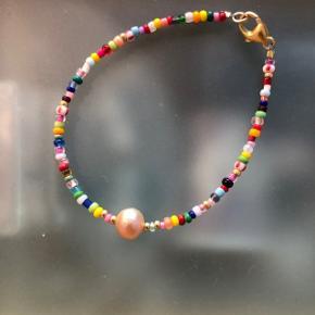 Perle Armbånd i multi farver  med ferskvandsperle 📐Mål: 17 cm Låsen er forsølvet messing  💮 Prisen er fast og inkl Porto med postnord