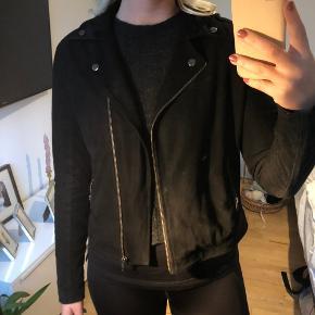 Fin jakke uden slid, dog en lidt lys plet i enden af ærmet