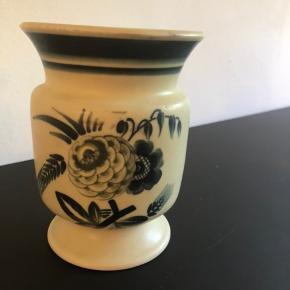 Fin vase i benporcelæn