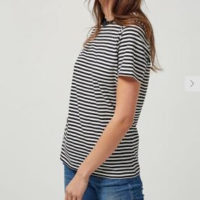 T-shirt fra Selected Femme str.L. Nypris 199,- sælges for 75,-