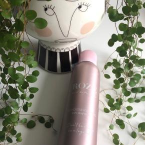 Roze Avenue - Glamorous Volumizing Dry Shampoo 250 ml. (fullsize) 👱🏻♀️  Beskrivelse:  For både perfekt udførte og ufærdige lokker med et frygtløst pudderløft. Der øger tekstur og fylde ved at fjerne og absorberer olier, fedt og urenheder. Det giver en forfriskende og fleksibel tekstur med et blødt hold og mat finish. Få en fantastisk mulighed for at udskifte det fedtede hår til fordel for en frisk, utrolig ny start.   Fordele:  En pudderspray, der øjeblikkeligt opfrisker fedtet hår. Giver en let og sexet volume. Absorberer olier og fedt ved rødderne uden at efterlade overskydende produkt. Indeholder 100% veganske ingredienser. Passer til alle hårtyper.  Byd gerne kan enten afhentes i Aarhus C eller sendes på købers regning 📮✉️