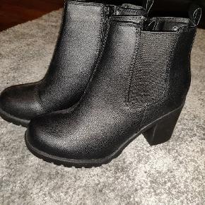 VRS støvler i sort  Str 36 Condition: 10/10 (aldrig brugt)  Nypris: 249 kr