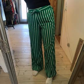 Fine tynde bukser fra Mango, med grøn/hvide striber og bånd i toppen. Der er elastik på bagsiden og derfor nemme at få af og på 🥝   Benytter køb nu, og fragt er på købers regning ⭐️ prisen er til forhandling