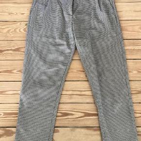 Varetype: bukser Farve: mix Oprindelig købspris: 600 kr.  Rigtig fede bukser til hverdag og fest 7/8 længde. Brugt et par gange og som nye.