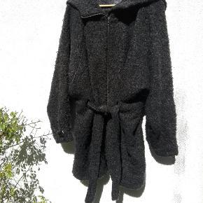Lækker varm jakke med bindebånd om taljen og stor hætte. Str. S/M men den passer nærmest alle da den er så oversize ☕