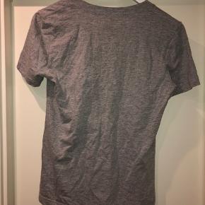 Super fin grå stussy T-shirt med logo samt V-hals. Brugt få gange.
