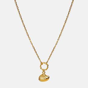 CHIONE NECKLACE  Lille muslingeskal med fine detaljer i teksturen. Kæden består af en smal Figaros kæde med et lille snoet øsken, hvori den lille amulet hænger.  Pris: 450 DKK Længde: 45 cm  Materiale: Sterlingsølv (925), belagt med 18 karat guld.  Varenummer: 2561a