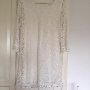 Super fin og sommerlig kjole. Kjolen er brugt én enkelt gang, men har dog et par pletter foran.