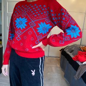 Vintage rød trøje med turkis mønster for og bag. Passer en størrelse s / m  Tags: vintage - sweater - strik - ski - julesweater - 80'er