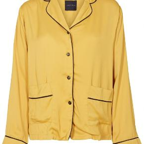 Brugt få gange og vasket en enkelt. Smukkeste gule farve. Jeg bytter ikke :)