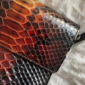 Fineste Ganni Gallery taske i slangeskind!   Knappen er røget af, men medfølger, og kan godt limes på igen 🤩  Magneten virker stadig, så tasken kan sagtens lukke selv uden knappen🥳  Bytter ikke!