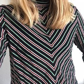 Flot let skjortebluse i ganske lidt(!!) gennemsigtigt stof. Brugt enkelte gange.