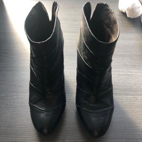 Fine ankelstøvler med 8cm hæl og en smule forplateau. Super rare at gå i og fremstår pæne og velholdte.