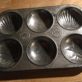 vintage bageform, tærteform eller til chokolade eller lignende. Tinform med 6 huller med mønster. 16x24cm. Huldiameter 6,5cm. 50kr Kan hentes Kbh V eller sendes for 40kr DAO