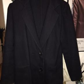 Lækkert jakke i 100% uld i mørk navy passer str. xs og s købt sidste år i nue nypris 1999,-