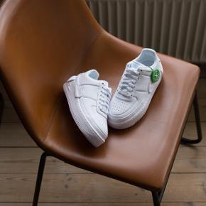 Sælger disse super fede sneakers!  Størrelse: EU36,5 / US6  Cond: DS 10/10  Mp: 700,-  Dette par sko er i farven 'off white' hvilket betyder at det ikke er den man kan købe hos JD sports, zalando osv. Dette er første udgave af 'Jester' modellen   Bump it up