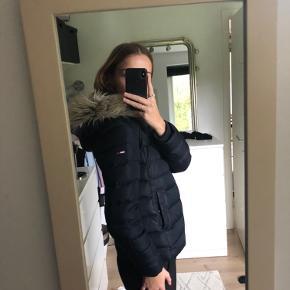 Super fin vinterjakke fra Tommy Hilfiger, med aftagelig pels. Kan også passes af en small