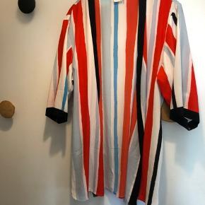 Kimono Bredde over ryg= 65 cm. Længde= 85 cm.