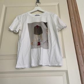 Graphic t-shirt fra Zara, kun brugt meget få gange.
