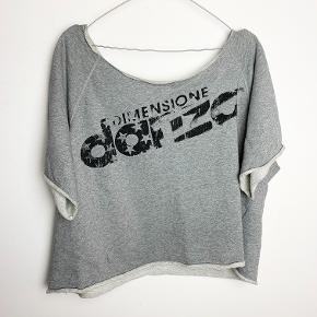 Danza grå t-shirt i sweatshirt-materiale. Loose fit. Der står ikke størrelse i, men det er ca S (men sidder løst)