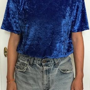 Velour t-shirt i blå. Er hjemmelavet/syet (ikke af mig).