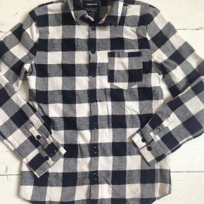 Varetype: SkjorteStørrelse: S Farve: SORT Prisen angivet er inklusiv forsendelse.  Synes den svarer til en str 9-10 år. Sælger billigt ud, Byd