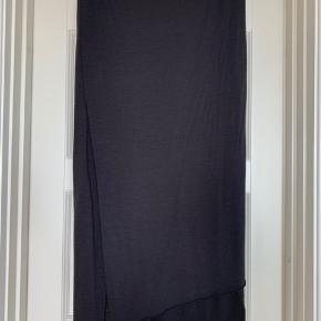 Nederdel, 'Avery' i tynd blød uldkvalitet fra Rabens Saloner fra Autumn/Winter 2019 kollektionen, str. M. Smalt/slankt look, elastik i linningen, strecthy kvalitet, rå kanter. Der er en lille tråd foran øverst på nederdelen, som er løbet (se billede) - det kan stort set ikke ses. Ellers i rigtig pæn stand. Ikke brugt ret mange gange.