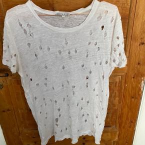 Iro T-shirt sælges. Den er godt brugt hvilket kan ses på hullerne i blusen - flere billeder kan sendes hvis det ønskes