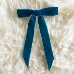Vilma Petit Bow fra Pico ✨  I farven Aqua Sløjfen er af velour bånd.  Sødt hårspænde med stærk clips der nemt kan holde tungt hår.  Brugt få gange 🦋