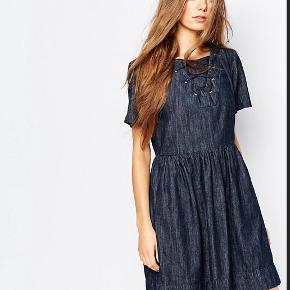 Så fin mørk denim kjole, desværre for stor til mig. Det er en fransk størrelse 40, hvilket svarer til den dansk størrelse 38. Se også mine andre fine ting fra Paul & Joe, Kenzo og Mulberry.