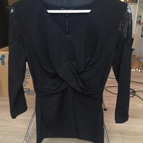 Happy Holly trøje med blonder på skuldrene fra boohoo.com Stadig med prismærke  - str 36/38   Skal helst afhentes på Nørrebro (ca 300m fra Skjolds Plads)! Ellers betaler køber porto med DAO.  Se også mine andre annoncer ☺️