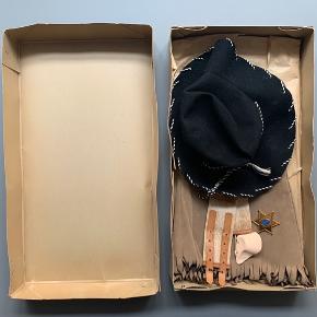 Gammel sherif-udklædning til piger i original æske fra Damernes Magasin, A. Fonnesbech A/S // nederdel, bælte, hat, tørklæde og skilt