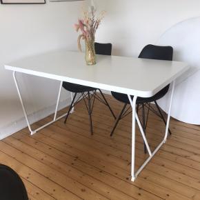 Sælger dette fine ikea spisebord. Brugt i 4 måneder og bordet er derfor i meget fin stand uden riser.   Måler 150 cm i længden.   Skriv for mere Info :)