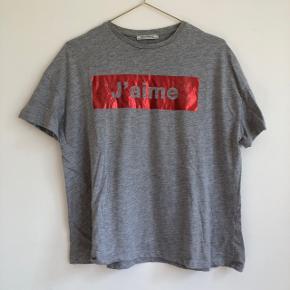 🌸 Super behagelig t-shirt med tryk 🌸 Den er en god længde, hvor man både kan putte den i bukserne eller lade den hænge normalt, uden at den bliver for lang 😄